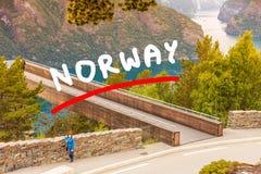 Donna turistica sul punto di vista Norvegia di Stegastein Immagine Stock Libera da Diritti