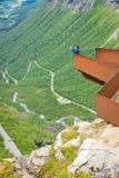 Donna turistica sul punto di vista di Trollstigen in Norvegia Fotografia Stock Libera da Diritti
