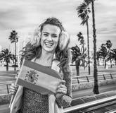 Donna turistica sull'argine a bandiera di rappresentazione di Barcellona, Spagna Fotografia Stock