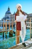 Donna turistica sull'argine nelle attrazioni d'esplorazione di Venezia Fotografie Stock Libere da Diritti