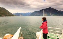 Donna turistica sulla fodera in Norvegia Immagine Stock Libera da Diritti
