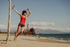 Donna turistica sulla spiaggia che gode della vacanza Fotografia Stock
