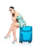 Donna turistica triste messa accanto ad una valigia Fotografia Stock