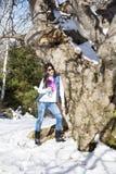 Donna turistica in un'alta montagna di inverno Fotografia Stock Libera da Diritti