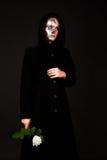 Donna Two-faced che tiene una rosa Fotografie Stock Libere da Diritti