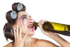 Donna ubriaca con i bigodini immagine stock libera da diritti
