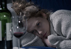Donna ubriaca sullo strato immagine stock