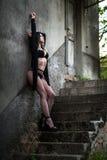 Donna ucraina in biancheria intima sulle scale Fotografie Stock