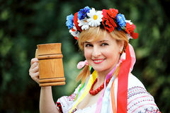 Donna ucraina con una tazza di legno Fotografie Stock