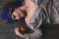 Donna ucraina in vestiti pieghi nazionali tradizionali Fotografia Stock