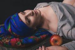 Donna ucraina in vestiti pieghi nazionali tradizionali Fotografia Stock Libera da Diritti