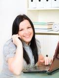 Donna in ufficio che chiama dal telefono Fotografie Stock Libere da Diritti
