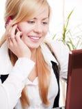 Donna in ufficio che chiama dal telefono Fotografia Stock