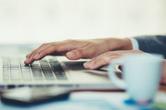 Donna in ufficio e lavorare al suo computer portatile Immagini Stock Libere da Diritti