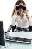 Donna in ufficio ed osservare con binoculare Immagini Stock Libere da Diritti