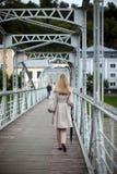 Donna in un allontanarsi dell'impermeabile Fotografie Stock