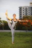 Donna in un allungamento della gamba di yoga Fotografia Stock Libera da Diritti