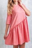 Donna in un bello vestito rosa fotografia stock