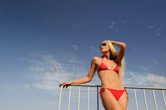 Donna in un bikini rosso Fotografie Stock