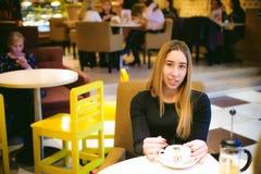 Donna in un caffè Fotografie Stock