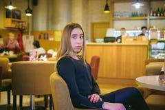 Donna in un caffè Immagine Stock Libera da Diritti