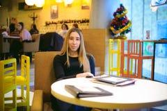 Donna in un caffè Fotografia Stock Libera da Diritti