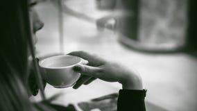 Donna in un caffè Immagine Stock