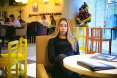 Donna in un caffè Fotografie Stock Libere da Diritti