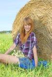 Donna in un campo con le balle di fieno Fotografie Stock