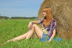 Donna in un campo con le balle di fieno Immagini Stock Libere da Diritti
