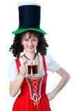 Donna un cappello di giorno del Patrick santo da portare Fotografie Stock Libere da Diritti