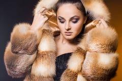 Donna in un cappotto di pelliccia fotografia stock libera da diritti