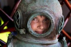 Donna in un casco di immersione subacquea del ferro Immagini Stock Libere da Diritti