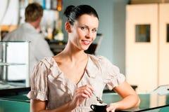 Donna in un coffeeshop Fotografie Stock