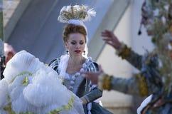 Donna in un costume barrocco con una piuma sulla sua testa immagini stock libere da diritti