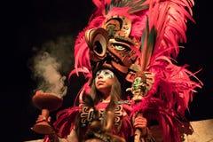Donna in un costume maya del guerriero fotografia stock libera da diritti