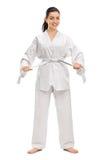 Donna in un kimono bianco che lega la sua cinghia Fotografia Stock