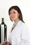 Donna in un laboratorio del vino Fotografia Stock Libera da Diritti