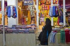 Donna in un negozio nell'Oman Immagini Stock Libere da Diritti