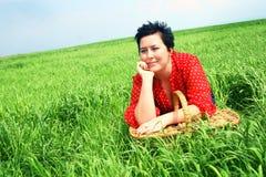 Donna in un prato Fotografia Stock