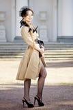 Donna in un retro stile nella città Immagini Stock Libere da Diritti