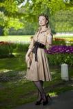 Donna in un retro stile nella città Fotografie Stock Libere da Diritti