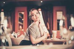 Donna in un ristorante Immagini Stock Libere da Diritti