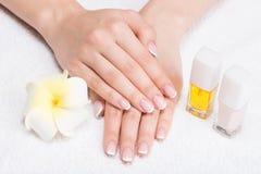 Donna in un salone dell'unghia che riceve manicure