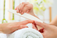 Donna nel salone dell'unghia che riceve manicure Immagine Stock