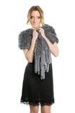 Donna in un vestito da cocktail nero fotografia stock libera da diritti