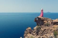 Donna un vestito da estate ed in Grecia lunghi, Santorini immagine stock