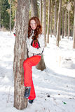 Donna in un vestito di sport vicino ad un in-field dell'albero Immagini Stock Libere da Diritti