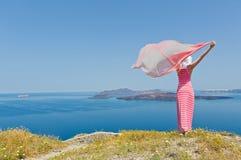 Donna in un vestito lungo che sta in un campo delle margherite Fotografia Stock
