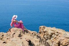 Donna in un vestito lungo che sta in un campo delle margherite Fotografia Stock Libera da Diritti